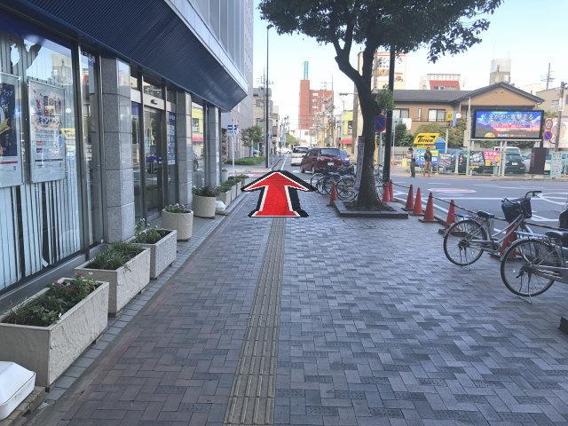 熊谷駅東口を出て左に回り信号を渡ります